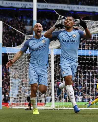 Gabriel Jesus (phải) là tương lai của Man City