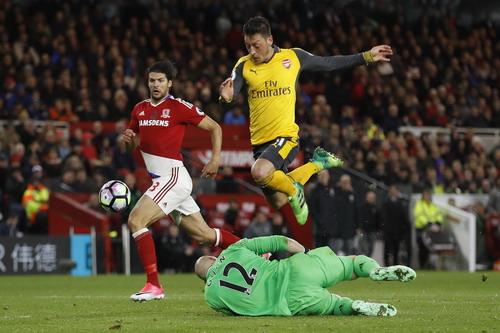Mesut Ozil chiến thắng ở cuộc đối đầu với thủ môn Guzan