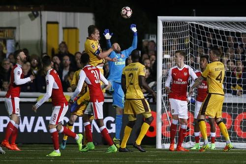 Jamie Collins trong một pha hãm thành Arsenal