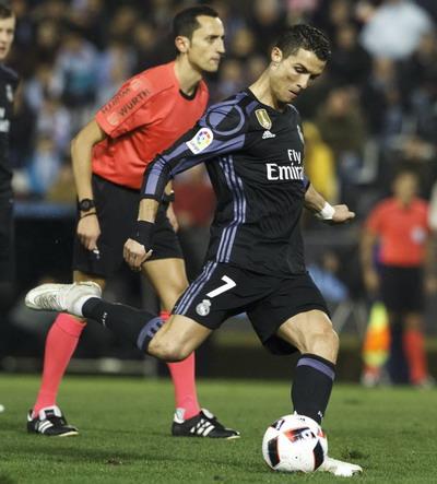 Ronaldo đá phạt đẳng cấp, gỡ hòa 1-1 cho Real Madrid