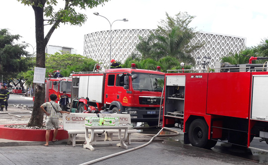 Xe chữa cháy có mặt tại hiện trường để khống chế ngọn lửa, dập tắt đám cháy