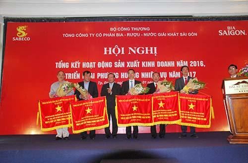 Đại diện Tổng Công ty Bia - Rượu - Nước giải khát Sài Sòn và các đơn vị thành viên nhận cờ thi đua của Chính phủ Ảnh: Sabeco