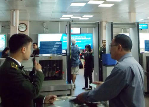 Soi chiếu an ninh tại sân bay - Ảnh minh hoạ