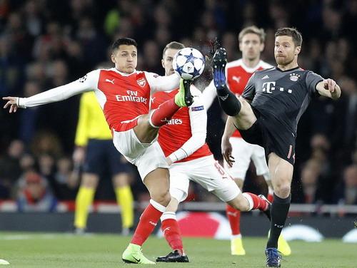 Alexis Sanchez trong vòng vây các hậu vệ Bayern Munich