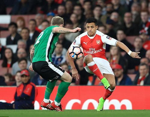 Kẻ nổi loạn Alexis Sanchez ra sân từ đầu