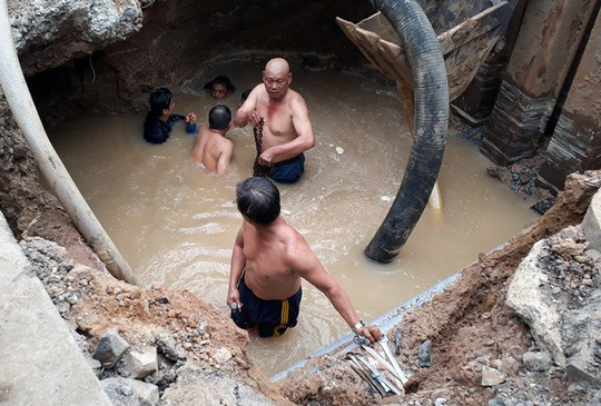 Khắc phục sự cố rò rỉ, 4 quận TP HCM bị cúp nước - Ảnh 1.