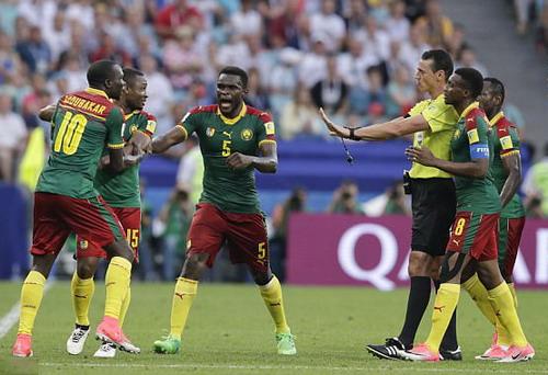 Trọng tài đuổi nhầm người hi hữu, Đức loại Cameroon - Ảnh 5.