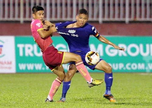 Lãnh đạo, HLV các đội bóng cho rằng cần có quy định cấm cầu thủ cá cược. Trong ảnh là trận Sài Gòn - B.Bình Dương ở V-League 2017 tối 11-2 Ảnh: Quang Liêm