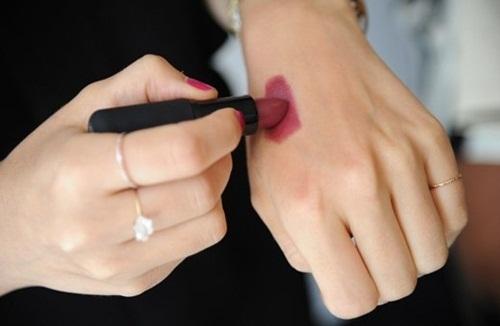 Tô son trên da tay và dùng nhẫn chà nhẹ để biết son có chứa nhiều chì hay không