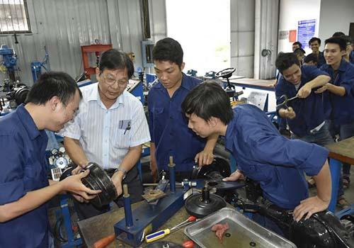 Sinh viên ngành công nghệ kỹ thuật ô tô của một trường ĐH ở TP HCM trong giờ thực hành tại xưởng. Ảnh: Như Tiên