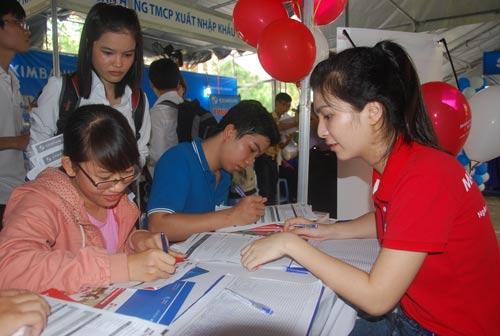 Sinh viên đăng ký tìm việc làm tại ngày hội việc làmẢnh: Tấn Thạnh
