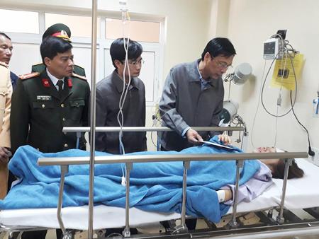 Bí thư Tỉnh ủy tỉnh Quảng Ninh Nguyễn Văn Đọc (đứng, bìa phải) thăm hỏi các nạn nhân tại bệnh viện