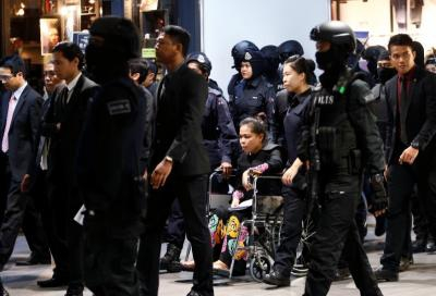 Bị cáo người Indonesia được đẩy trên xe lăn. Ảnh: Reuters