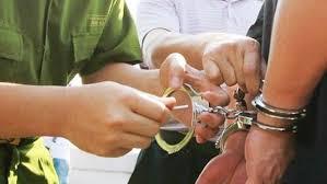 Bắt tạm giam một giáo viên lừa chạy việc 200 triệu đồng/suất - Ảnh 1.