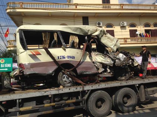 Chiếc xe khách bị hư hỏng nặng trong vụ tai nạn thảm khốc khiến 29 người thương vong ở Uông Bí (Quảng Ninh) - Ảnh: Facebook