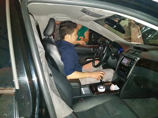 Người đàn ông cố thủ trong chiếc xe ô tô gây tai nạn bỏ chạy
