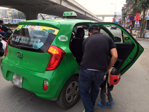 Nhiều taxi Hà Nội ngày sát Tết chê khách đi cuốc gần để ưu tiên khách về quê, di chuyển xa. Ảnh: Thanh Lan.