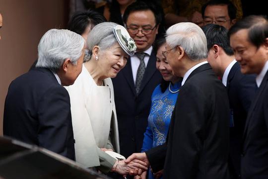 Tổng Bí thư Nguyễn Phú Trọng và Phu nhân ra tận xe thân tình đón Nhật hoàng và Hoàng hậu