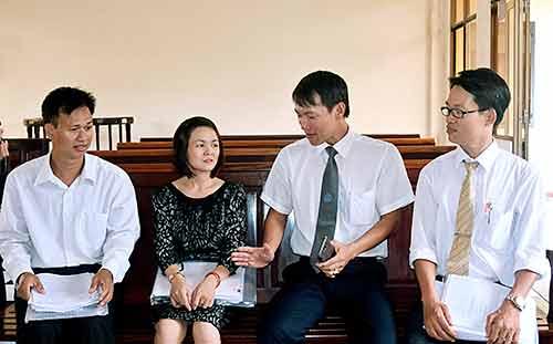 Thứ tự từ phải qua trái: Luật sư Lê Tấn Tý; Giám đốc Trung tâm Tư vấn pháp luật Công đoàn tỉnh Vũ Ngọc Hà; chị Uyển và anh Trịnh Văn Lợi (người đại diện ủy quyền của chị Uyển)