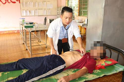 Anh Nguyễn Viết Thanh đang chăm sóc bệnh nhân (Ảnh do nhân vật cung cấp)