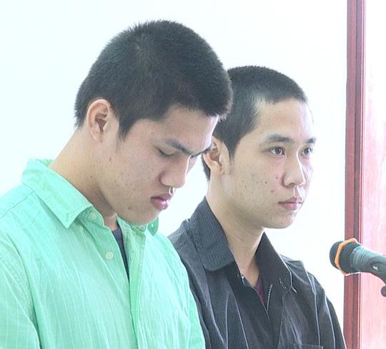 Hai bị cáo Hà Minh Thành (áo xanh) và Phạm Nhựt Đỉnh tại tòa. Ảnh: Minh Hào