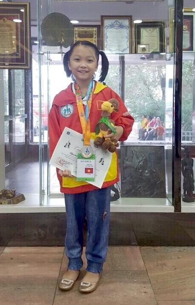 NutiFood trao thưởng nóng cho kỳ thủ nhí Cẩm Hiền - Ảnh 1.