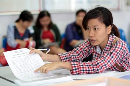 Người lao động làm hồ sơ đăng ký bảo hiểm thất nghiệp tại Sở LĐ-TB-XH Hà Nội. Ảnh: HẢI NGUYỄN