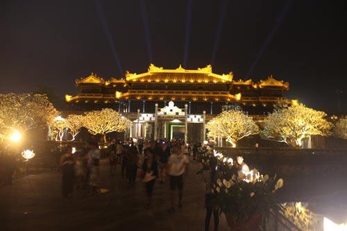 Đại nội Huế mở cửa về đêm được đông đảo người dân, du khách đến tham quan