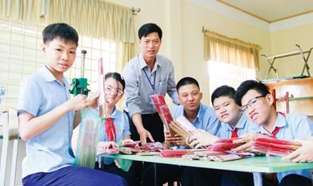 Để có những bó hương quế thơm lừng được người dân ưa chuộng, thầy Nguyễn Duy Quy ngay từ lúc mới về trường đã đi xin máy làm hương về cho các em học nghề. Ảnh: Thanh Trần.
