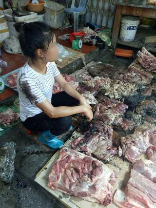Bán thịt heo rẻ, người phụ nữ bị hất chất bẩn vào người, sạp hàng - Ảnh 1.