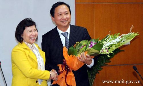 Bà Hồ Thị Kim Thoa trong một lần trao quyết định bổ nhiệm cho ông Trịnh Xuân Thanh - Ảnh: MOIT