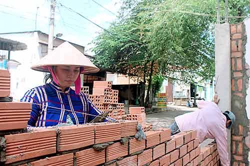 Chị Hồ Hồng Ngọc xây thành thạo như thợ nam chính