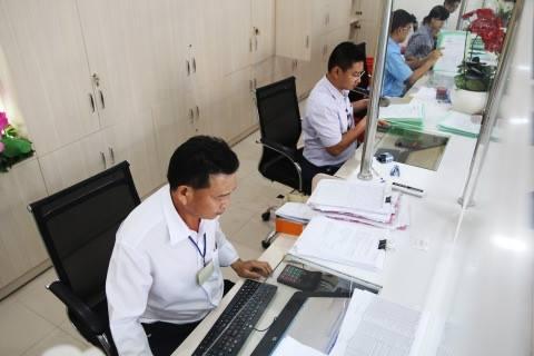 UBND quận Bình Tân, TP HCM giao dịch tiếp nhận hồ sơ người dân. Ảnh: Lê Phong