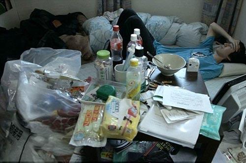 """Căn phòng bừa bộn của một """"hikikomori"""" Ảnh: DAILY MAIL"""
