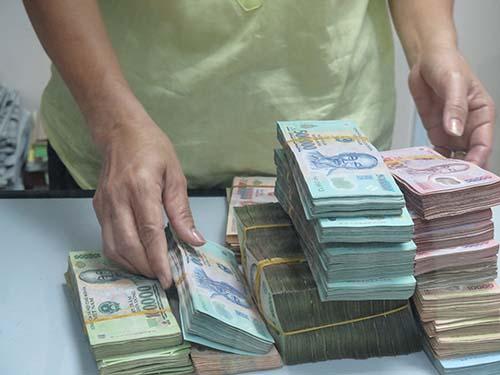 Khách hàng cá nhân gửi tiết kiệm tại một ngân hàng ở TP HCM Ảnh: Vũ Phương