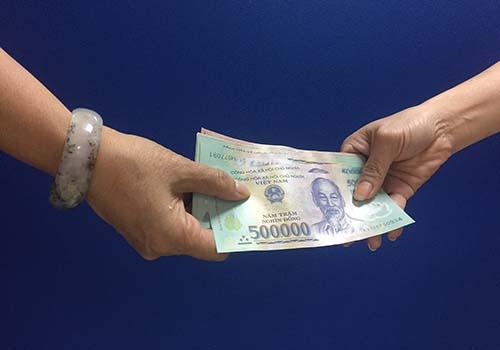 Người Việt đang ngày càng ít sử dụng tiền mặt Ảnh: Nguyễn Hải