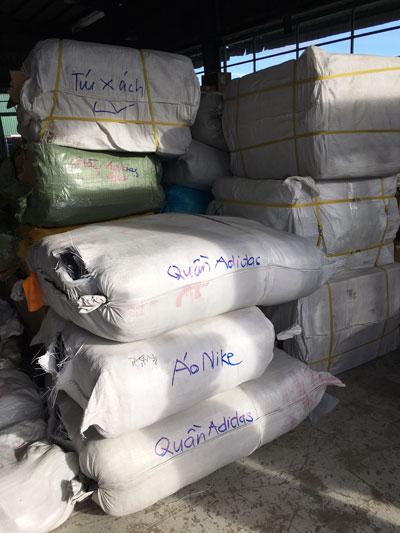 Bắt lô hàng nhái từ Trung Quốc trị giá 30 tỉ đồng - Ảnh 1.