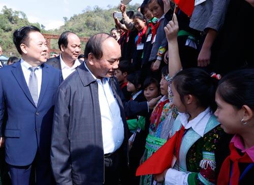 Thủ tướng Nguyễn Xuân Phúc thăm đồng bào xã Lý Bôn, huyện Bảo Lâm, tỉnh Cao Bằng Ảnh: Quang Hiếu