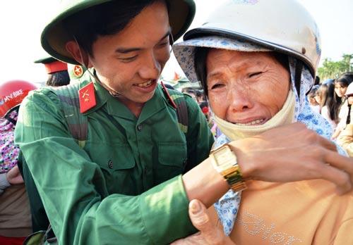 Một thanh niên ở Quảng Ngãi chia tay người thân lên đường nhập ngũ vào ngày 13-2. Ảnh: Tử Trực