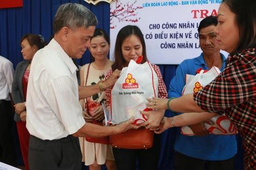 Ông Lê Minh Yến, Chủ tịch LĐLĐ quận 9, TP HCM, trao quà Tết cho công nhân khó khăn Ảnh: Bạch Đằng