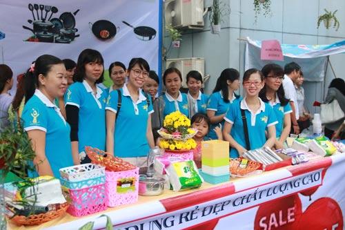 Lao động nữ tham gia phiên chợ nghĩa tình công nhân cấp nước do Công đoàn Tổng Công ty Cấp nước Sài Gòn tổ chức