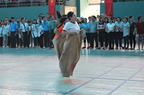 """CNVC-LĐ thi nhảy bao bố tại """"Tháng hội thao CNVC-LĐ"""" quận 6, TP HCM"""