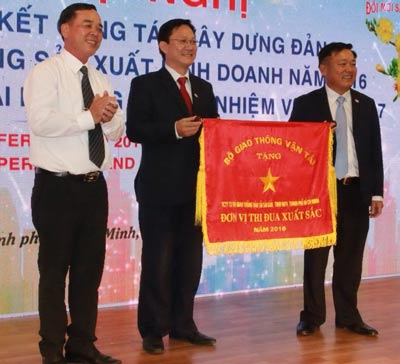 Lãnh đạo SAMCO nhận cờ thi đua xuất sắc của Bộ Giao thông Vận tải