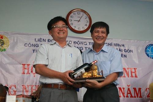 Lãnh đạo các doanh nghiệp trực thuộc Tổng Công ty Cấp nước Sài Gòn tham gia phiên đấu giá gây quỹ giúp đỡ công nhân khó khăn