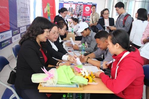 Người lao động tìm việc tại Ngày hội Việc làm do Trung tâm Dịch vụ việc làm TP HCM tổ chức