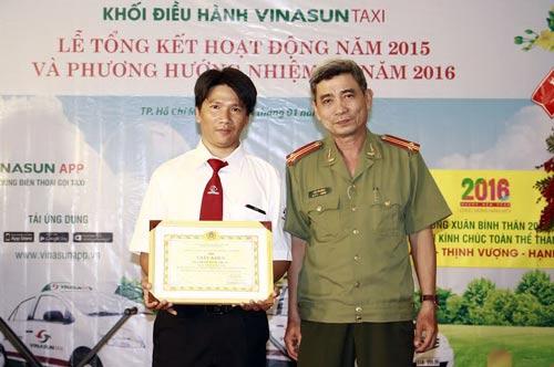 Lãnh đạo Công an TP trao giấy khen cho tài xế Vinasun tích cực tham gia phòng chống tội phạm