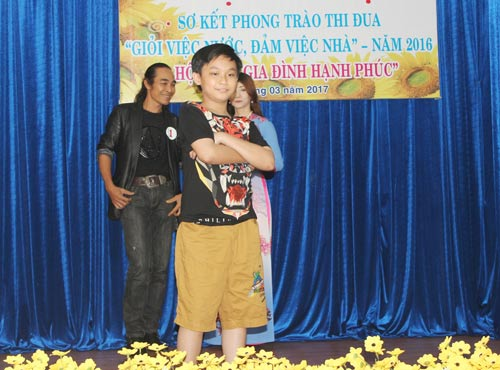 """Các gia đình CNVC-LĐ biểu diễn thời trang tại hội thi """"Gia đình hạnh phúc"""""""