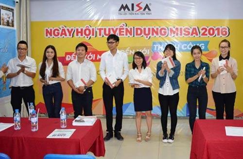 Người lao động tham gia ngày hội tuyển dụng của Công ty CP Misa