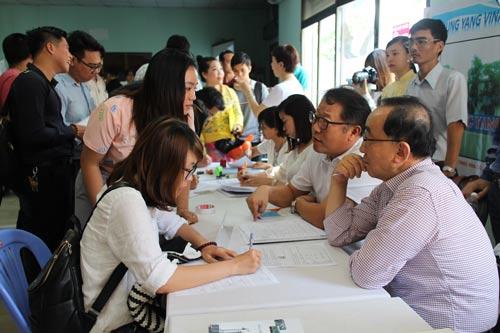 Doanh nghiệp phỏng vấn ứng viên tại sàn giao dịch việc làm