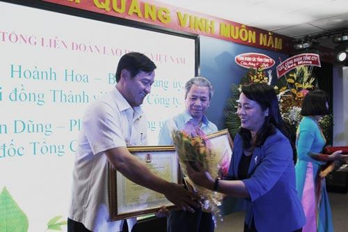Bà Trần Kim Yến, Chủ tịch LĐLĐ TP HCM, trao bằng khen của Tổng LĐLĐ Việt Nam cho các cá nhân tiêu biểu thuộc Tổng Công ty Công nghiệp Sài Gòn Ảnh: HỒNG ĐÀO